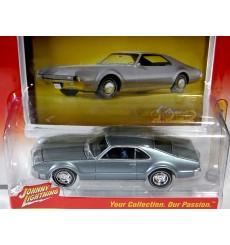 Johnny Lightning Classic Gold - 1966 Oldsmobile Toronado